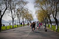 Gente a passeggio lungo i viali del Lago dell'Ovest.<br /> People in the West Lake in Hangzhou