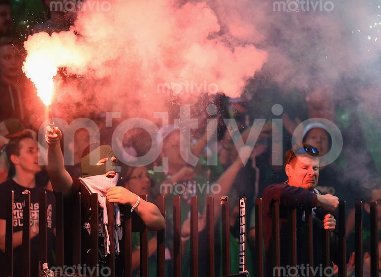 FUSSBALL   INTERNATIONAL   UEFA EUROPA LEAGUE   SAISON 2014/2015 FC Zuerich - VfL Borussia Moenchengladbach    02.10.2014 Borussia Moenchengladbach Fan zuendt Feuerwerkskoerper im Gaestefanblock des Letzigrund Stadion