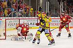 Jacob Lagace (Krefeld Pinguine, Nr. 19) nimmt ihm die Sicht, doch Mathias Niederberger (Duesseldorfer EG, Nr. 35) haelt<br /> im DEL-Spiel der Duesseldorfer EG gegen die Krefeld Pinguine (06.03.2020). beim Spiel in der DEL, Duesseldorfer EG (rot) - Krefeld Pinguine (gelb).<br /> <br /> Foto © PIX-Sportfotos *** Foto ist honorarpflichtig! *** Auf Anfrage in hoeherer Qualitaet/Aufloesung. Belegexemplar erbeten. Veroeffentlichung ausschliesslich fuer journalistisch-publizistische Zwecke. For editorial use only.