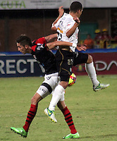 CÚCUTA -COLOMBIA, 28-09-2013.  Jean Carlos Blanco (I) del Cucuta Deportivo disputa el balón con Sebastian Puerta (D) de Once Caldas durante partido por la fecha 12 de la Liga Postobon II disputado en el estadio General Santander de la ciudad de Cucuta./ Cucuta Deportivo player  Jean Carlos Blanco (L) fights for the ball with Once Caldas player Sebastian Puerta (R) during match valid for the date 12 of the Postobon League II at the General Santander Stadium in Cucuta city. Photo: VizzorImage/Manuel Hernandez/STR