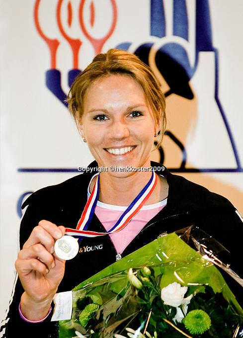 4-1-09, Renkum, NK rolstoeltennis, Esther Vergeer  toont haar medaille nadat ze zojuist nationaal kampioen rolstoeltennis 2009 is geworden.
