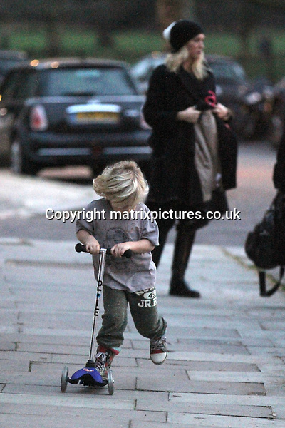 NON EXCLUSIVE PICTURE: MATRIXPICTURES.CO.UK.PLEASE CREDIT ALL USES..WORLD RIGHTS..American 'No Doubt' singer Gwen Stefani and her husband English 'Bush' rock musician Gavin Rossdale are spotted with their children, six-year-old Kingston and four-year-old Zuma, walking back to their North London home. ..JANUARY 3rd 2013..REF: WTX 1321