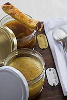 Europe/France/73/Savoie/Val d'Isère: Restaurant d'Altitude: La Fruitière - soupes a l'oignon , blanche et brune, mouillettes de pain campagnou