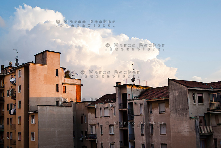 Milano, quartiere Bovisa, periferia nord. Palazzi e nuvole --- Milan, Bovisa district, north periphery. Buildings and clouds