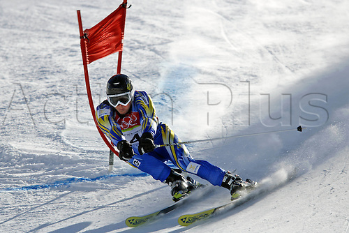 20 February 2006: Swedish skier Fredrik Nyberg (SWE) rounds a gate during his first run in the Men's Giant Slalom at the Sestriere sub-area Colle during the 2006 Turin Winter Olympics. Photo: Neil Tingle/actionplus..060220 torino male man men ski skiing snow