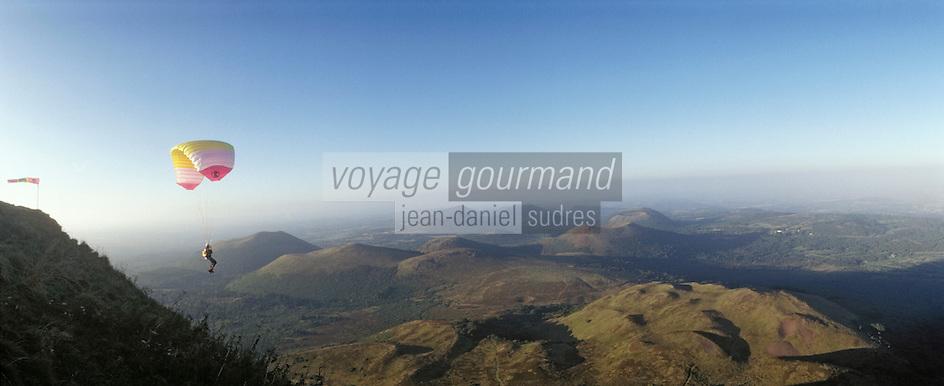 Europe/France/Auvergne/63/Puy-de-Dôme: Chaîne des Puy et parapente depuis le Puy-de-Dôme
