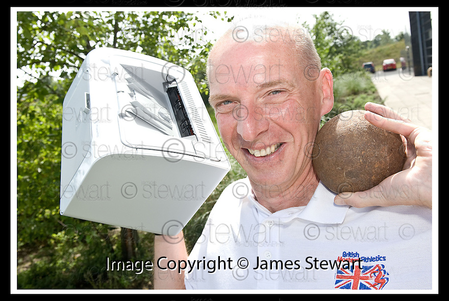 07/07/2010   Copyright  Pic : James Stewart.004_big_fish_printer  .::   BRITISH MASTER DECATHLETE KEN MONCRIEFF WITH THE PRINTER WON BY HIS COMPANY THE INFINITE GROUP IN A PRIZE DRAW HELD BY BIG FISH AT THE RECENT FALKIRK BUSINESS FAIR ::