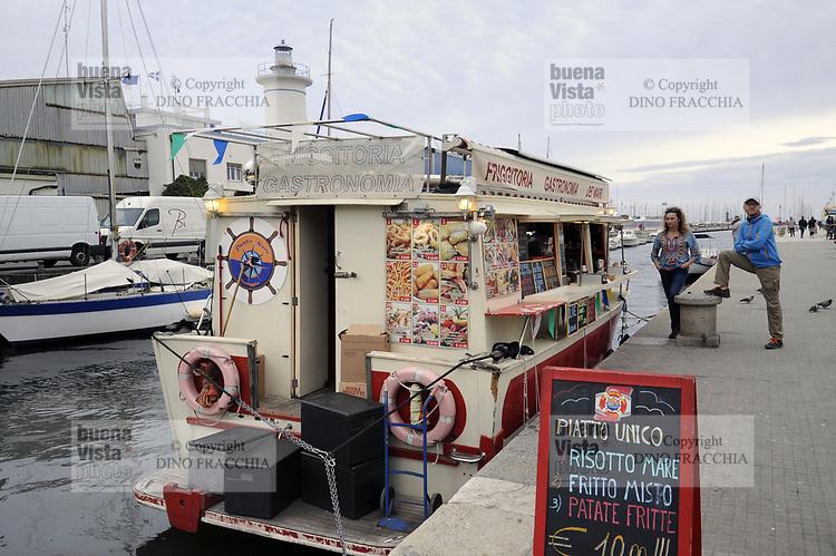 - Viareggio (Toscana), localit&agrave; balneare, battello adibito a chiosco per il cibo di strada<br /> <br /> - Viareggio (Tuscany), seaside resort, boat used as a kiosk for the street food