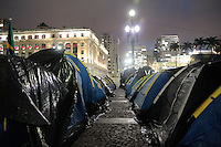 SAO PAULO, SP, 19.07.2013 -OCUPAÇÃO FRETE PREFEITURA-SP - Manifestantes continuam acampados em frente a prefeitura de São Paulo no Vale do Anhangabaú nesta noite desta sexta-feira (19). (Foto: Marcelo Brammer / Brazil Photo Press).