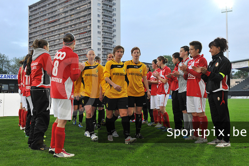 Bekerfinale 2012 : WD Lierse SK - Standard Femina :.de speelsters van Lierse gaan door de erehaag van Standard.foto David Catry / Joke Vuylsteke / Vrouwenteam.be