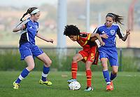 U 16 Belgian red Flames - virginia USA :<br /> <br /> fantasietje van Kassandra Ndoutou Eboa Missipo (M) tussen 2 tegenstandsters<br /> <br /> foto Dirk Vuylsteke / Nikonpro.be