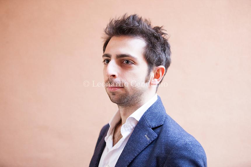 Alessandro Bongiorni &egrave; nato a Milano nel 1985.<br /> Il suo primo romanzo, Capitale mortale, &egrave; stato pubblicato quando aveva solo ventiquattro anni, e a questo sono seguiti Se tu non muori (2011) e La sentenza della polvere (2014), il romanzo che lo ha rivelato al grande pubblico. 4 febbraio 2017. Nebbia Gialla Suzzara Noir Festival. &copy; Leonardo Cendamo