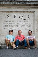 Roma, Luglio 2014. Turisti si riposano in Piazza del Campidoglio