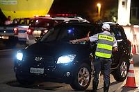 SÃO PAULO, SP, 24.05.2015 - TRÂNSITO-SP - O Policia Militar realiza fiscalização da Lei Seca na Ponte das Bandeiras do programa direção segura na região norte de São Paulo, SP, na madrugada deste domingo, 24. (Foto: Fernando Neves/ Brazil Photo Press)
