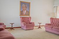 Das Wohnzimmer im Haus im Drakenstein-Gefängnis in der Nähe von Paarl, Südafrika, in dem Mandela in den letzten Monaten seiner 27 Jahre langen Gefangenschaft inhaftiiert war. Hier fanden die Verhandlungen mit den Hütern der Apartheid statt
