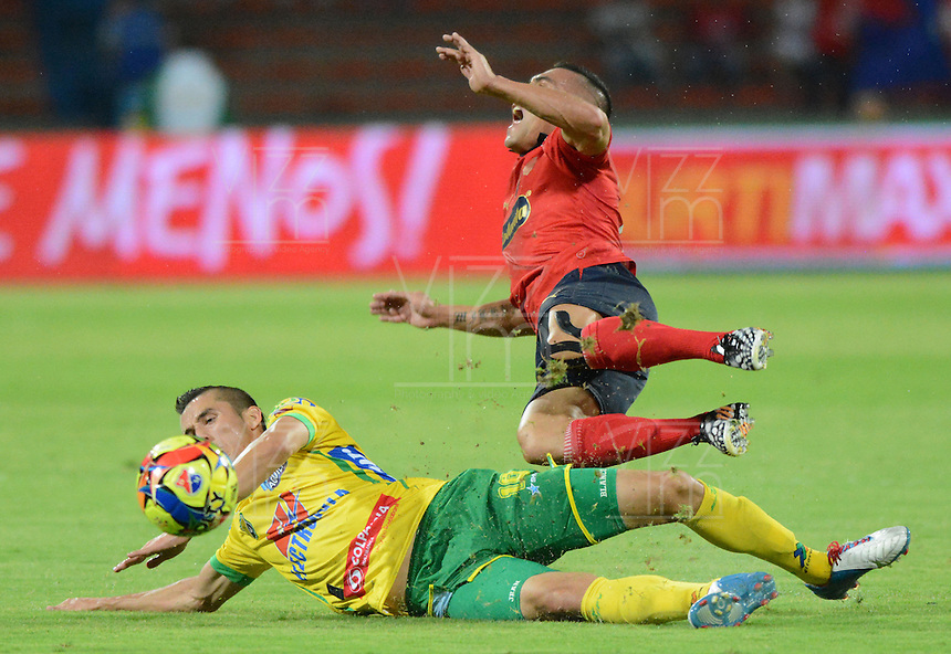 MEDELLIN - COLOMBIA -17-08-2014: Vladimir Marin (Der.) jugador de Deportivo Independiente Medellin disputa el balón con Jean C Blanco (Izq.) jugador del Atletico Huila durante partido Deportivo Independiente Medellin  y Atletico Huila de la fecha  5 de la Liga Postobon II 2014, jugado en el estadio Atanasio Girardot de la ciudad de Medellin. / Vladimir Marin (R) player of Deportivo Independiente Medellin vies for the ball with Jean C Blanco (L) player of Atletico Huila during a match Deportivo Independiente Medellin and Atletico Huila for the date 5 th of the Liga Postobon II 2014 at the Atanasio Girardot stadium in Medellin city. Photo: VizzorImage  / Luis Rios / Str.