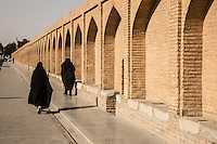 donne in chador sul ponte di Isfahan <br /> women on the Isfahan bridge