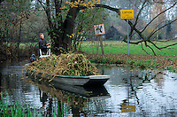 GERMANY, farmer transport harvested horseradish by boat in Spreewald / DEUTSCHLAND, Spreewald, Bauer transportiert Meerrettich per Boot