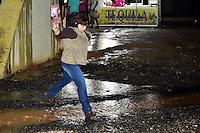 SERRA NEGRA,SP - 11.11.2016 - CHUVA-SP - Devido as fortes chuvas que caíram na noite desta sexta-feira(11), em Serra Negra, interior do estado de São Paulo, o recinto utilizado para a realização do Rodeio de Serra Negra 2016, ficou coberto de lama e poças d`águas, causando transtorno aos frequentadores. Houve goteira pelo teto da estrutura montada. (Foto: Eduardo Carmim/Brazil Photo Press)