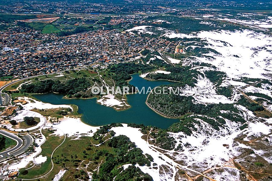 Aérea da Lagoa do Abaeté e dunas de Itapoã. Salvador. Bahia. 2001. Foto de Juca Martins.