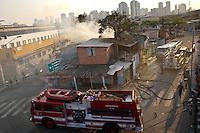 ATENÇÃO EDITOR: FOTO EMBARGADA PARA VEÍCULOS INTERNACIONAIS SÃO PAULO,SP,16 SETEMBRO 2012 - Um incendio atingiu na tarde de hoje um barraco na favela nos baixos do viaduto Pacheco Chaves na Vila Prudente a mesma comunidade ja tinha sofirdo um incendio no mes passado.FOTO ALE VIANNA -BRAZIL PHOTO PRESS)