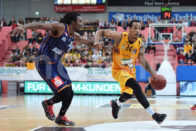 Basketball  1. Bundesliga  2015/2016  Hauptrunde  3. Spieltag  10.10.2015 Walter Tigers Tuebingen - Eisbaeren Bremerhaven Garlon Green (re, Tigers) gegen Raymond Sykes (li, Bremerhaven)