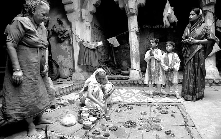 Varanasi (Uttar Pradesh)<br /> <br /> Puja made by women in old family house.<br /> <br /> Puja faite par des femmes dans une vieille maison de famille.