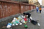 Moradores de rua. Pessoas catando lixo na rua, Sao paulo. Brasil. 2017. Foto de Juca Martins.