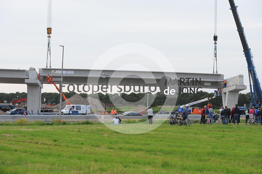 ALGEMEEN: JOURE: 13-07-2017, aanbrengen van liggers van de fly-overs bij knooppunt Joure, ©foto Martin de Jong