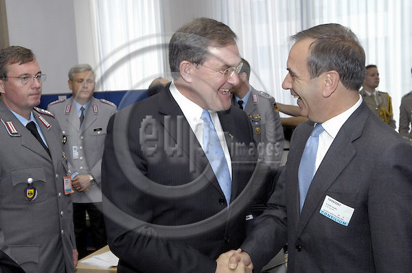 Brussels-Belgium - 14 May 2007---Meeting of EU Defence Ministers, here: Franz Josef JUNG (le), Defence Minister of Germany, with José Antonio ALONSO SUÁREZ (ri) (Jose, Suarez), Defence Minister of Spain---Photo: Horst Wagner/eup-images