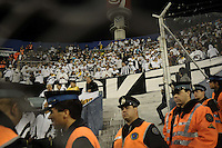 BUENOS AIRES, ARGENTINA, 17 MAIO 2012 - TAÇA LIBERTADORES - Vel x San - Torcida do Santos durante partida contra Velez nesta quinta pelas quartas da Copa Libertadores no Estádio José Amalfitani (apelidado de El Fortin de Liniers), em Buenos Aires, na Argentina FOTO: JUANI RONCORONI - BRAZIL PHOTO PRESS.
