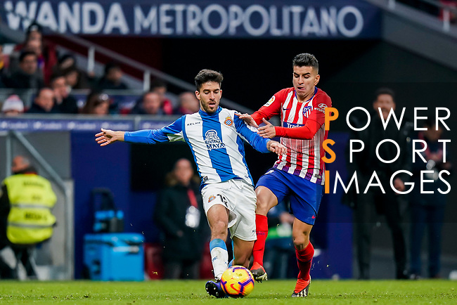 Didac Vila Rossello of RCD Espanyol (L) fights for the ball with Angel Correa of Atletico de Madrid during the La Liga 2018-19 match between Atletico de Madrid and RCD Espanyol at Wanda Metropolitano on December 22 2018 in Madrid, Spain. Photo by Diego Souto / Power Sport Images