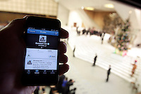 "Uno smartphone con il primo ""tweet"" in lingua polacca di Papa Benedetto XVI su Twitter, durante l'udienza settimanale del mercoledi' in Aula Paolo VI, Citta' del Vaticano, 12 dicembre 2012..A smartphone showing Pope Benedict XVI's first ""tweet"" in Poland on the social network Twitter is seen during the weekly general audience in the Paul VI hall at the Vatican, 12 December 2012..UPDATE IMAGES PRESS/Riccardo De Luca"
