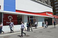 SAO PAULO, 15 DE MARCO DE 2013 - DIA DO CONSUMIDOR - O Procon de São Paulo, no dia do consumidor, divulgou o ranking das empresas que mais sofreram reclamações em 2012 na cidade. Lideram a lista: os Banco Itaú e Bradesco. Na foto, agencia do Banco Bradesco na Avenida Paulista, regiao central na manha desta sexta feira, 15. (FOTO: ALEXANDRE MOREIRA / BRAZIL PHOTO PRESS)