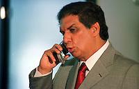 O senador J&aacute;der barbalho chega a Bel&eacute;m ap&oacute;s pedir licensa de 60 dias da presid&ecirc;ncia do senado.<br />Bel&eacute;m, 20/07/2001.<br />Foto Paulo Santos/Interfoto