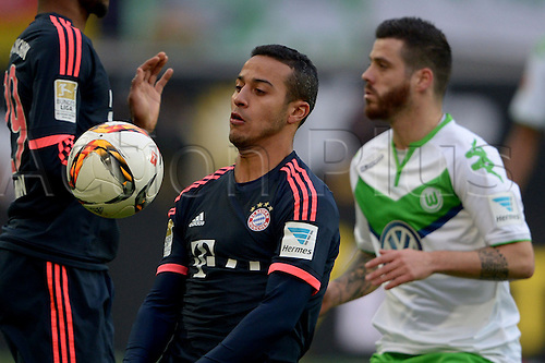 27.02.2016. Wolfsburg, Germany.  Wolfsburg's Vieirinha (r) and Munich's Thiago compete for the ball during the German Bundesliga football match between VfL Wolfsburg and FC Bayern Munich at the Volkswagen-Arena in Wolfsburg, Germany