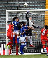 BOGOTÁ-COLOMBIA, 08-09-2019: Fabiola Herrera, María Peraza, Karen Páez de Millonarios y Nathalia Giraldo de América de Cali disputan el balón, durante partido entre Millonarios y el América de Cali de ida de las semifinales por la Liga Águila Femenina 2019  jugado en el estadio Nemesio Camacho El Campín de la ciudad de Bogotá. / Fabiola Herrera, Maria Peraza, Karen Paez of Millonarios and Nathalia Giraldo of America de Cali the ball, during a match between Millonarios and America de Cali of the semifinals for the 2019 Women's Aguila League played at the Nemesio Camacho El Campin Stadium in Bogota city, Photo: VizzorImage / Luis Ramírez / Staff.
