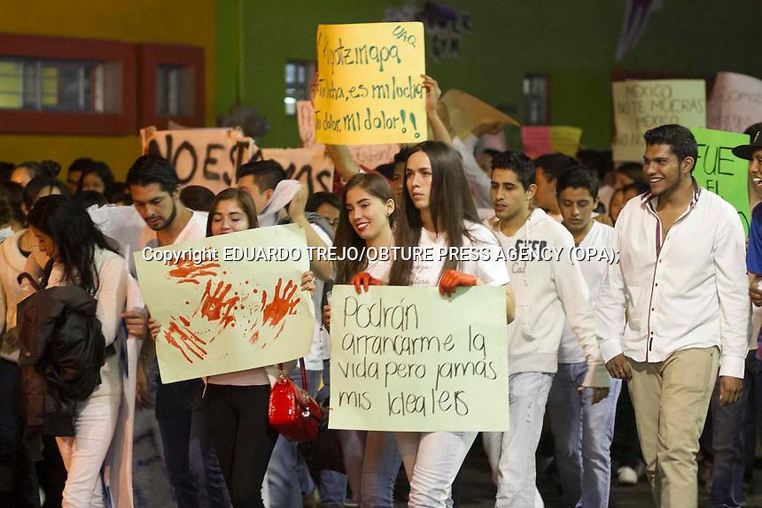San Juan del R&iacute;o, Qro. 06 noviembre 2014.- Estudiantes de varias instituciones de nivel superior, se sumaron este d&iacute;a al paro nacional por los Normalistas de Ayotzinapa y realizaron una nueva marcha por las calles del centro de la ciudad.<br /> Con muestras de apoyo por los estudiantes desaparecidos y de rechazo contra el gobierno, los estudiantes caminaron en silencio desde la UAQ Campus San Juan hasta el Jard&iacute;n Independencia.<br /> A la manifestaci&oacute;n se sumaron estudiantes de la Normal Andr&eacute;s Balbanera, del Tecnol&oacute;gico de San Juan del R&iacute;o, de la Universidad Tecnol&oacute;gica, entre otras escuelas de nivel medio y superior.<br /> Al paso de los estudiantes se sumaron tambi&eacute;n muchos ciudadanos que simpatizan con el movimiento. Foto Eduardo Trejo/Obture Press Agency