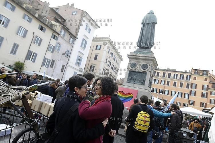 Roma, 14 Febbraio 2015.<br /> Piazza Campo dei Fiori.<br /> Manifestazione  a sostegno dei diritti civili per il diritto al matrimonio per le coppie omosessuali.