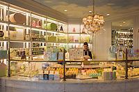 France, Provence-Alpes-Côte d'Azur, Saint-Tropez: pastry shop Ladurée in old town | Frankreich, Provence-Alpes-Côte d'Azur, Saint-Tropez: Konditorei Ladurée in der Altstadt