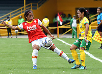 BOGOTA - COLOMBIA - 26-02-2017: Leicy Santos (Izq.) jugadora de Independiente Santa Fe disputa el balón con Karla Torres (Der.) jugadora de Atletico Huila, durante partido por la fecha 2 entre Independiente Santa Fe y Atletico Huila, de la Liga Femenina Aguila 2017, en el estadio Nemesio Camacho El Campin de la ciudad de Bogota. / Leicy Santos (L) player of Independiente Santa Fe struggles for the ball with Karla Torres (R) player of Atletico Huila, during a match of the date 2 between Independiente Santa Fe and Atletico Huila, for the Liga Femenina Aguila 2017 at the Nemesio Camacho El Campin Stadium in Bogota city, Photo: VizzorImage / Luis Ramirez / Staff.