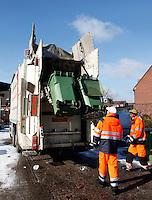 Klikobak en vuilnismannen.  Vuilniswagen haalt afval op