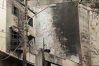 SÃO PAULO,SP, 20.03.2016 - ACIDENTE-AVIÃO - Local onde avião caiu na zona norte de São Paulo na Rua Frei Machado no Jardim São Bento, permanece interditado para que peritos da Aeronautica analisem os destroços da aeronave, na manhã deste domingo (20). ( Foto : Marcio Ribeiro / Brazil Photo Press/Folhapress)
