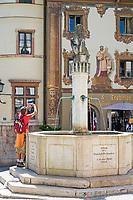 Deutschland, Bayern, Oberbayern, Berchtesgadener Land, Berchtesgaden: Marktplatz mit Brunnen und Hirschenhaus, dem ehemaligen Gasthaus zum Hirschen | Germany, Upper Bavaria, Berchtesgadener Land, Berchtesgaden: market square with fountain and Hirschenhaus, former Inn Zum Hirschen