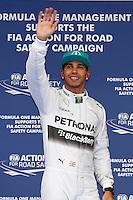 SHANGAI, CHINA, 19.04.2014 - GP DA CHINA - TREINO CLASSIFICATORIO - O piloto britânico Lewis Hamilton conduz sua Mercedes sob a chuva durante o treino classificatório para o Grande Prêmio da China de Fórmula 1 no Circuito Internacional de Xangai, neste sábado(19). Hamilton ficou com a pole position com o tempo de 1min53s860 (Foto: Pixathlon / Brazil Photo Press).