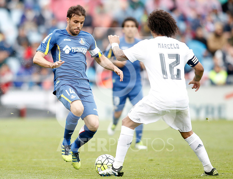 Getafe's Pedro Leon (l) and Real Madrid's Marcelo Vieira during La Liga match. April 16,2016. (ALTERPHOTOS/Acero)
