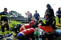 SÃO PAULO, SP - 06.02.2014 - Um caminhoneiro perdeu a direção de seu caminhão que carregava um container caindo em um corrego na Vai Anchieta no km 13 divisa de São Paulo com São Bernardo do Campo o motorista foi levado para o hospital em estado gravissimo.(Foto: Adriano Lima / Brazil Photo Press)