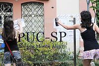SAO PAULO, SP, 11 DEZEMBRO 2012 - ALUNOS PUC - Alunos da Puc-Sp que fica na Rua Monte Alegre colão cartazes na Palca da Faculdade. FOTO: ADRIANO LIMA / BRAZIL PHOTO PRESS).