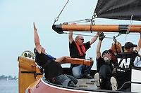 SKUTSJESILEN: HEEG: Hegemer Mar, 14-08-2012, IFKS skûtsjesilen, A-klasse, skûtsje De Jonge Jan, vreugde bij dagwinnaar schipper Jelle Talsma, ©foto Martin de Jong