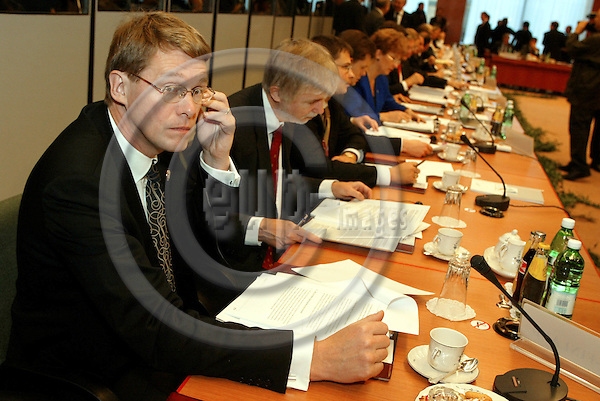BRUSSELS - BELGIUM - 17 OCTOBER 2003-- EU-Summit hosted by the Italian Presidency. -- The Finnish Prime Minister Matti VANHANEN (L) and the Finnish Minister of Foreign Affairs Erkki TUOMIOJA at the working session. -- PHOTO:  JUHA ROININEN / EUP-IMAGES